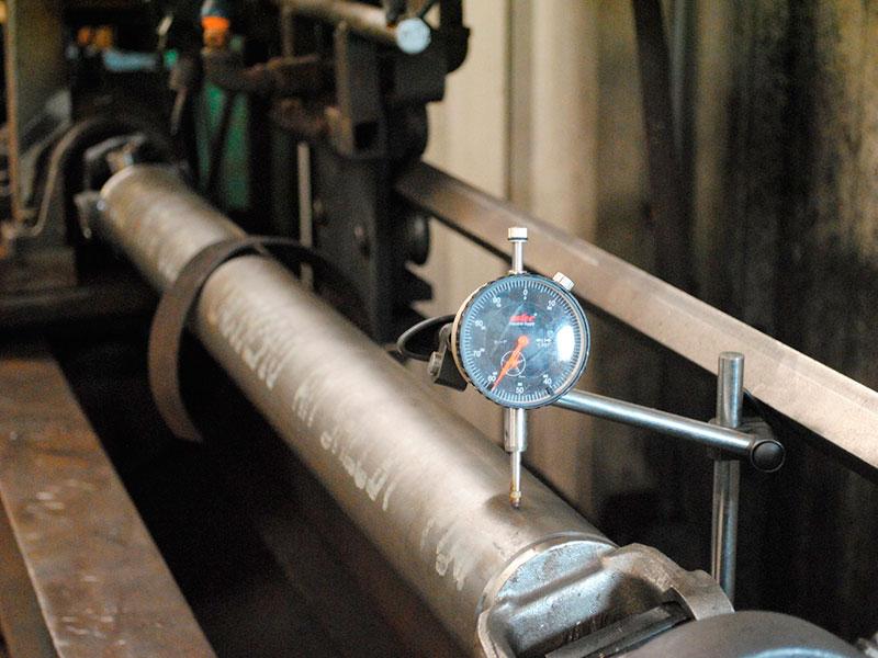 Диагностика карданного вала: кардан устанавлен в токарный станок с использованием люнетных поддержек и центра, биения фиксируются индикаторной стойкой