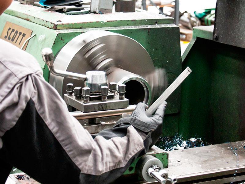 Ремонт карданного вала: перед сварочными работами для оптимальной подготовки сварочного шва концы трубы обрабатываются металлорежущим инструментом