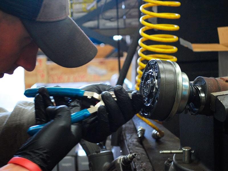 Восстановление карданного вала: промывка и смазывание подшипника опоры специальной смазкой